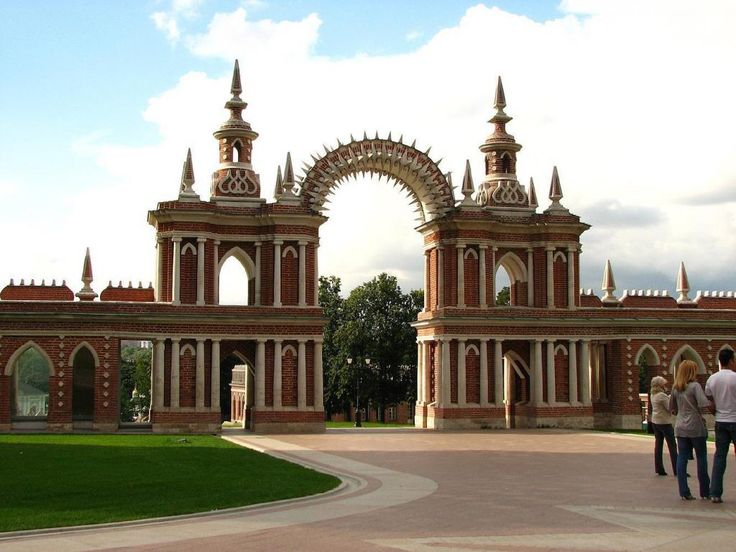 Arch between the Grand Palace and the Bread house Корзун Андрей, CC BY-SA 3.0