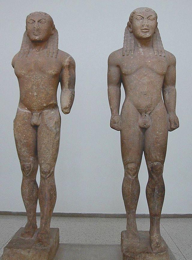 Cleobi e Bitone, sono attribuiti a Polimede di Argo . Risalgono al 610-590 a.C. E' realizzata completamente in marmo a tutto tondo. Hanno una funzione votiva. Presentano ancora tratti egizi, ossia hanno i piedi uno di fronte all'altro, le bracca sono lungo i fianchi e i capelli hanno la stessa forma dei copricapi dei sovrani nelle statue egizie. Sono conservati al Museo archeologico di Delfi.