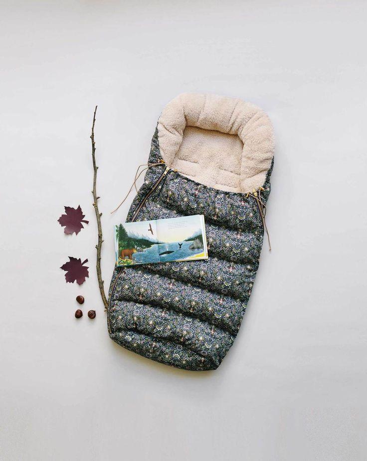 burda style, Schnittmuster, Baby-Fuß-Sack 10/2017 #131, Bestens gerüstet für kalte Winde und Schnee sind Babys in diesem wattierten Fußsack mit Teddyfutter für Kinderwagen und Schlitten. Praktisch: die langen seitlichen Reißverschlüsse und die durch Kordelzüge verstellbare Weite am Ausschnitt.