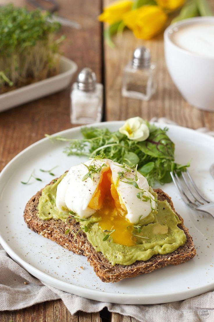 Pochiertes Ei auf Avocadobrot zum Frühstück // poached egg on avocado toast // Sweets & Lifestyle®  #breakfast #rezept #avocado #poachedegg #pochiertesei #avocadotoast #sweetsandlifestyle