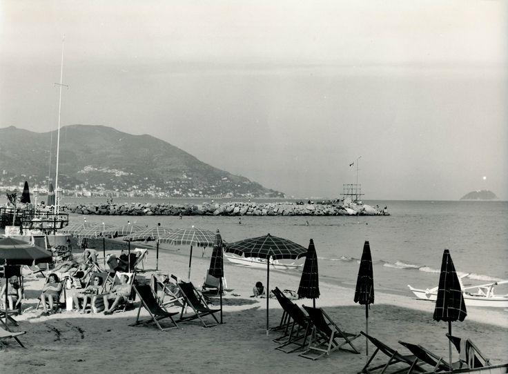 Abbronzatura al limitare dell'ombra sulla spiaggia di Laigueglia. (Photo: 1940-1960) #Laigueglia # #Riviera #Liguria #viaggi #vacanza #holiday #journey #summertime