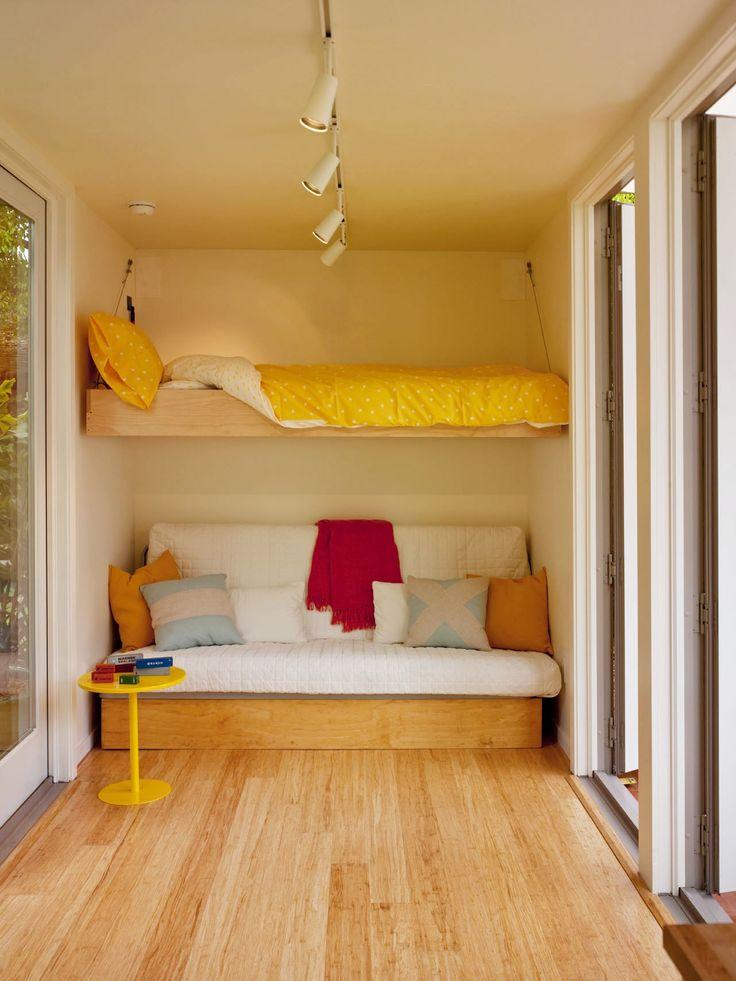 10.7畳のスペースに2つのダブルベッドとリビング、キッチン、バスルームのあるコンテナハウスのリビング 上部に吊り式収納のダブルベッド