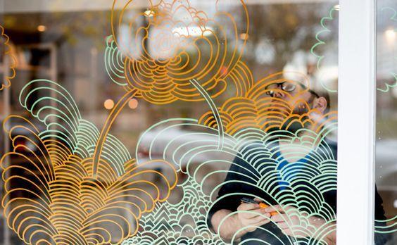 Tendência na decoração de vitrines é utilizar o Giz Líquido para criar desenhos e destacar informações rápidas aos consumidores. As canetas já disponíveis na loja virtual da Vitrine Mania e são oferecidas em diferentes cores e tamanhos de ponteiras reversíveis. Facilmente apagáveis à seco ou com um pano úmido, sem deixar resíduos na superfície. Versáteis, as canetas de giz líquido podem ser utilizadas em vidros, espelhos, adesivos do tipo quadro negro, paredes e outras superfícies lisas.