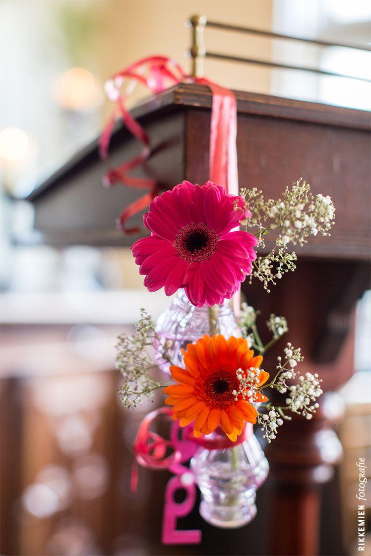 Weddingstyling, de versiering, aankleding tijdens een bruiloft. gerbera, gerbera's, bloem, bloemen, gipskruid, wit, roze, spreektafel, trouwambtenaar, flowers, flower, vaasje, vaasjes, doorzichtig, trouwlocatie, lint, oranje, love, Geesberge, Maarssen, aan spreektafel bevestigd, water, sfeervol, fleurig, kleurrijk, feestelijk, trouwen, huwelijk, bruidsfotograaf, bruidsfotografie, trouwreportage, bruiloft, decoratie http://www.rikkemienfotografie.nl/