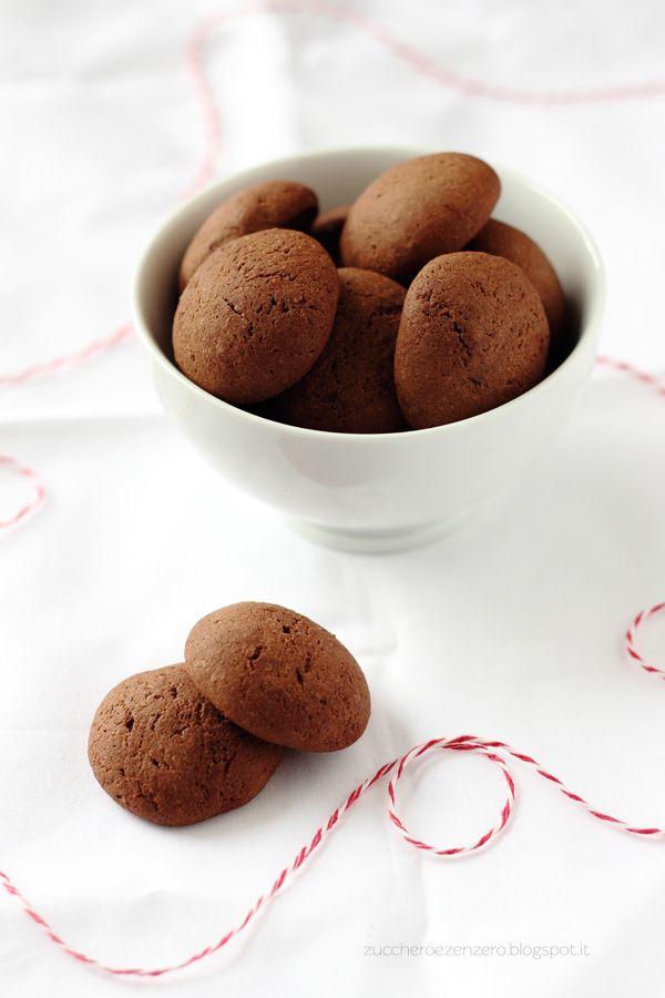 Cacao e caffè #Ingredienti (20-25 biscotti): 50 ml di caffè forte (una tazzina circa) 50 g di mandorle 50 g di burro fuso e a temperatura ambiente 20 g di cacao amaro 80 g di zucchero 2 albumi mezzo cucchiaino di lievito per dolci 120 g di farina un pizzico di sale #ricetta #morbidi #cacao #caffè