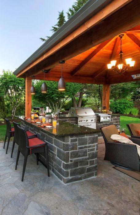 Летняя кухня открытого типа в классическом современном стиле.