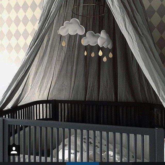@monolo.no • U R O •  Nydelig gutterom hos @stinejmoi ✨ Uroen finner du hos oss. www.monolo.no  _______________________________________  #monolo #monolono #nettbutikk #barnebutikk #barnerom #mittbarnerom #uro #dekor #gutterom #jenterom #barnerommet #barnerominspo #barneromsinteriør #barneskatter #barnasverden #lilleskatten #sovgodt #gavetips #barselgave