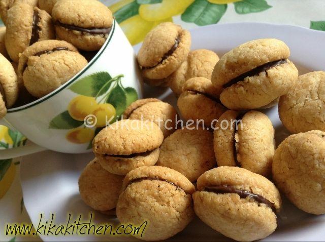 I baci di dama sono dei deliziosi dolcetti facili da preparare originari del Piemonte. La ricetta originale prevede l'utilizzo delle nocciole