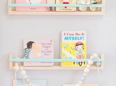 Śliczna wystawka bajek i książeczek dla malucha, którą idealnie wkomponowano w ogólny wystrój pokoju dziecięcego....