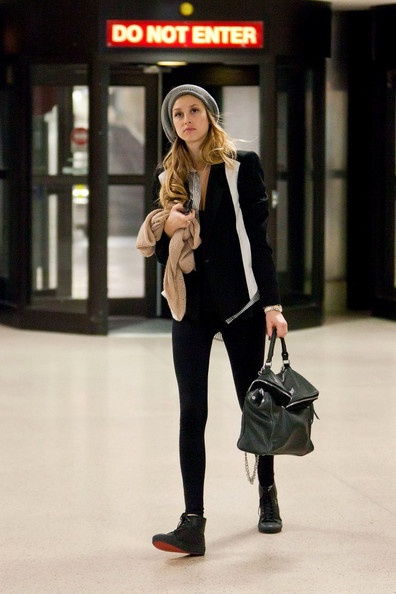 Whitney Port in a casual street chic look, with a grey beret and skinny jeans