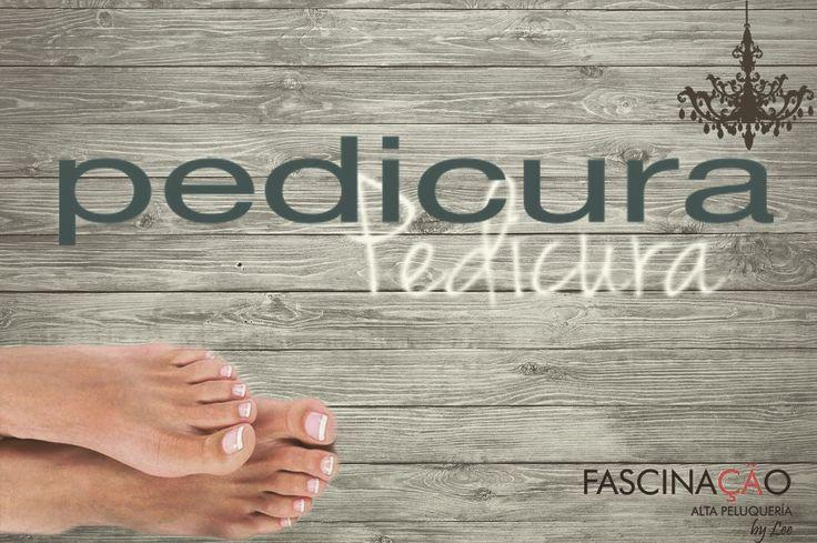 Dale a tus pies un merecido DESCANSO y CONSIENTELOS  El pedicure consiste en el aseo y descanso de los pies, además que logra suavizar las asperezas de la piel y uñas. Muchos pueden pensar que es un lujo innecesario pero en realidad es importante realizarlo al menos una vez al mes porque nuestros pies son la parte del cuerpo que más trabaja.  Consentir a tus pies con un pedicure profesional puede ser algo muy relajante y nos ayuda para tener unos pies bien cuidados.
