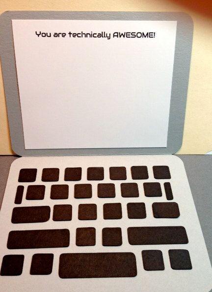Vangen de aandacht van kinderen en volwassenen! Deze computer laptop replica is de perfecte kaart voor afgestudeerden, leerkrachten, secretarissen, bazen, of iedere liefhebber van de technologie. U heeft de keuze van een leeg scherm met aan de binnenkant, of hebben het bericht u bent technisch AWESOME! aan de bovenkant van het scherm afgedrukt. De grijze kaart 5.5 inch x 4,25 duim meet en wordt geleverd met een witte envelop.  Kaarten zijn beveiligd met een cellofaan envelop en verzonden in…