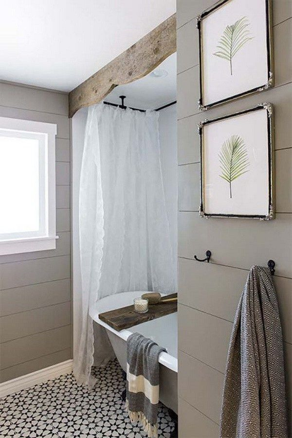 Cozy cottage farmhouse bathroom.