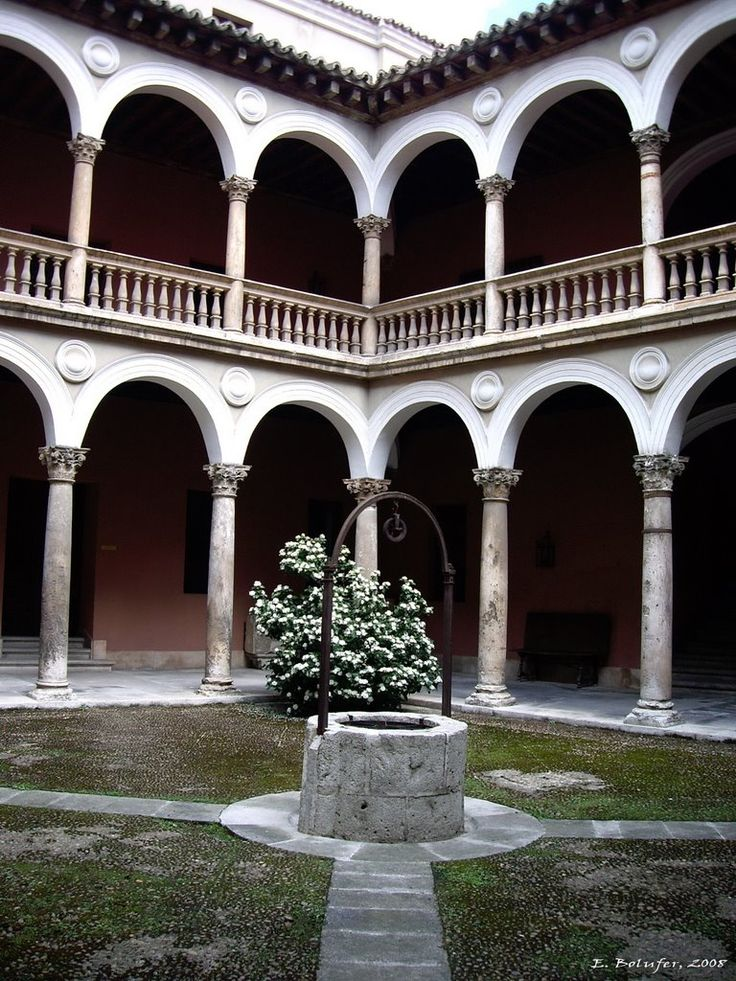 Patio del Palacio de Fabio Nelli  Valladolid  Spain // Muy parecido al edificio central de la Universidad Autónoma de Yucatán