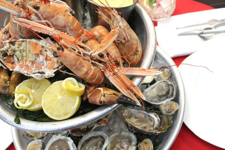 Een schotel met zeevruchten zoals oesters, kreeft, krab en garnalen, ook wel een 'plateau de fruits de mer' is een heerlijk feestmaal. Sofie en Bart maken het. Ze gebruiken geen kreeft, maar krab. Je kan natuurlijk zelf variëren in wat je op de schotel legt. Heb je geen schotel met meerdere verdiepingen, zoals Sofie? Gebruik dan gewoon een grote platte schotel.