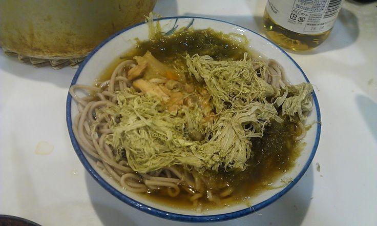 不味そう飯: なかなかクール! トロロコンブそばである。汁が前日の残りの鶏ガラのスープだから、これは本来のスープの使い方と結果的になり、偶然本格的なそばになった。むしろ、ラーメンスープだが。そば自体はまずい。