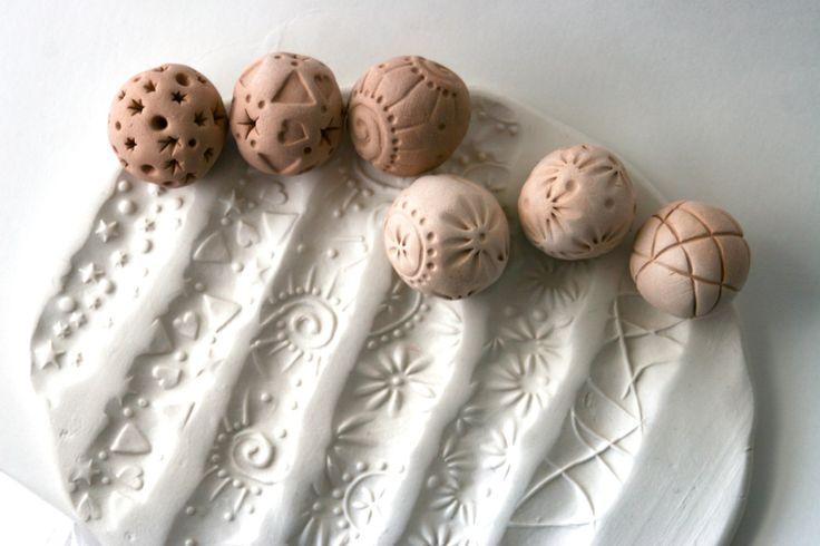 Chaque boule de sculpture est fait à la main du début à la finition. Ils sont très amusants à utiliser. Vous simplement roulez le long de l'argile ou autre matériau malléable pour produire un motif ou de texture qui est un peu différent à chaque fois. Vous pouvez également tenir un côté de la boule et appuyez sur l'autre côté dans l'argile pour un concave rond estampillé impression.  Cette liste est pour un ensemble de deux 2 motif aléatoire biscuit sculpture boule de, environ 3/4 po de…