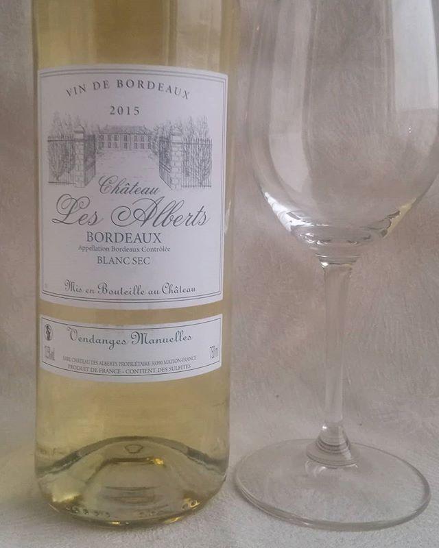 Bordeauxin valkoviiniä. #valkoviini #valkkari #viini #herkkusuu #lasissa #Herkkusuunlautasella