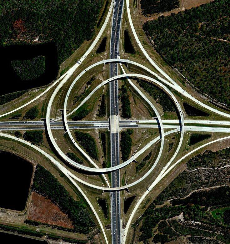 Un échangeur relie deux autoroutes à Jacksonville, en Floride. Cette structure se compose de rampes sur la gauche tournant autour d'un échangeur central, créant ainsi un motif en spirale grâce à la circulation à droite.