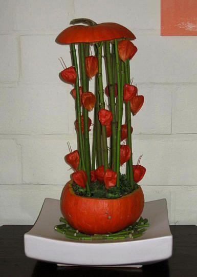 halloween pompoen opvullen als een bloemstuk - uithollen pompoen met lepel om rotten te voorkomen en vullen met bloemen