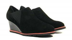Zapatos de cuña con elásticos Sabrinas  Zapatos de cuña con elásticos laterales de la marca española Sabrinas modelo 72001 Amsterdan. Zapatos subidos realizados en ante negro con detalles contrastados en rojo. Cuña en charol negro. Suela de goma. Altura aproximada de 6 cms. Interiores forrados en piel natural. Sabrinas confort Made in Spain. http://ift.tt/2d1Hh1t