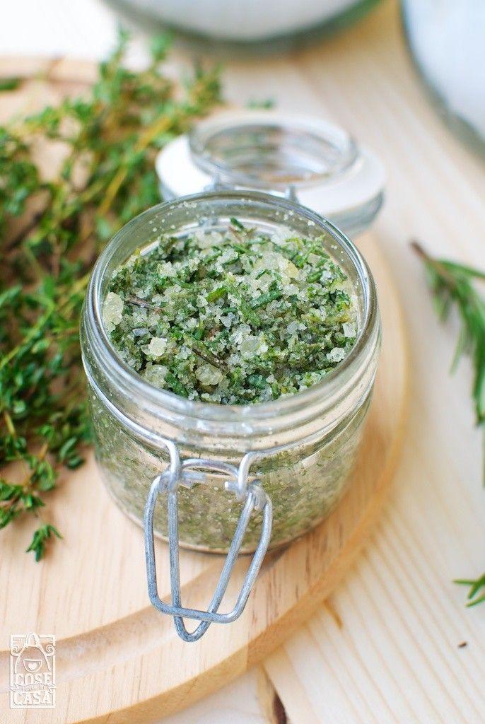 Il sale alle erbe aromatiche è un ottimo condimento per carni, pesci e verdure, nonché un modo facile e veloce per conservare il rosmarino e altre erbe.