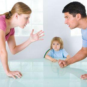 padres discutiendo delante hijos