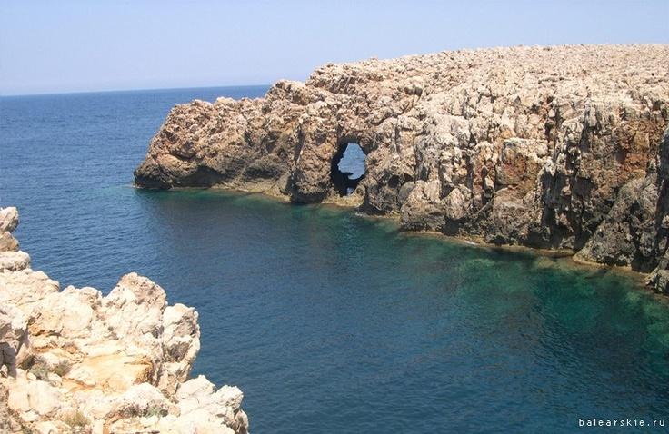Cales Pous / Ciutadella.  Этот закрытый и девственный пляж характеризуется склоном из круглых камней и скал,  отсутствием растительности, пологим уклоном в море и спокойной и чистой водой.  В бухте имеются хорошие условия для  подводного плавания. В этом морском рукаве большая глубина.