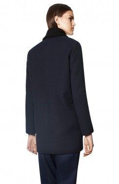 ABRIGO CUELLO DE PUNTO  Conclusión sobre la capa de lana con cuello de punto, delante de doble botonadura y bolsillos laterales