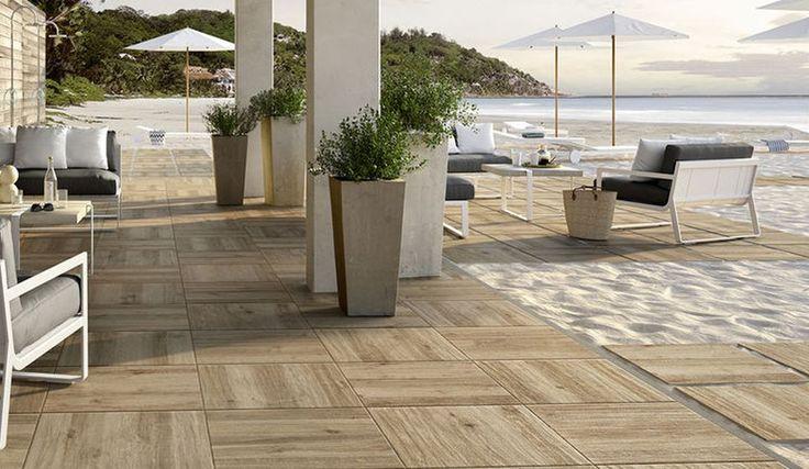 Inspiratie voor een terras aan het strand. Met deze houtlook tegels lijkt het alsof er echt hout ligt.