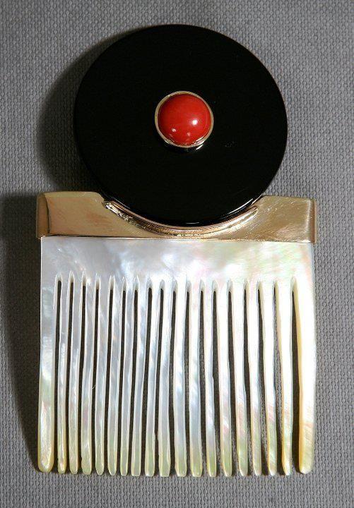 Pettine in madreperla, oro, onice e corallo. Interamente realizzato a mano e vincitore del premio Oscar di Guardiagrele (2011).  Handmade gold comb, with mother-of-pearl, onyx and coral red. Winner of the Oscar of Guardiagrele Price (2011)