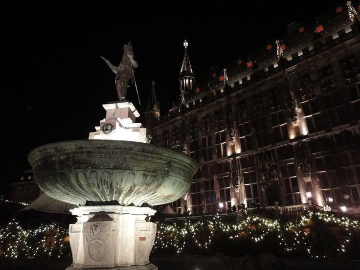 Karlsbrunnen am Weihnachtsmarkt #Aachen vor dem Rathaus http://www.ausflugsziele-nrw.net/weihnachtsmarkt-aachen/