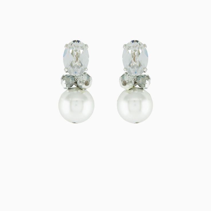 Klassieke oorbellen met grote Swarovski op het oor en hanger in parel. Draag deze oorbellen dagelijks of met een jurkje voor een gelegenheid. Perfect voor je trouwdag. Deze witte oorbellen kan je als bruid dragen op de grote dag, en daarna gewoon doordragen. Super toch?