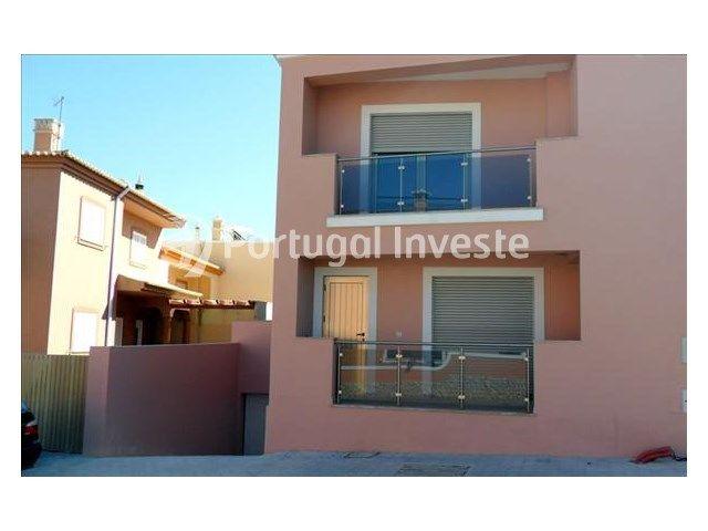 À vendre villa avec 4 pièces, à seulement 7 minutes de la plage et Lagos, à Algarve .Cette villa, avec garage, est insérée dans in quartier calme. A bonnes domaines est plus de lumière naturelle. Avec finitions de couleurs claires. Chambres avec balcons et à le extérieur un beau terrasse. Venez visiter.