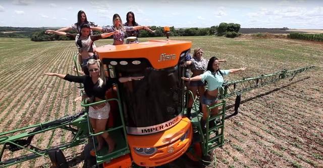 Cada vez mais os artistas usam as máquinas agrícolas para ostentar no meio rural