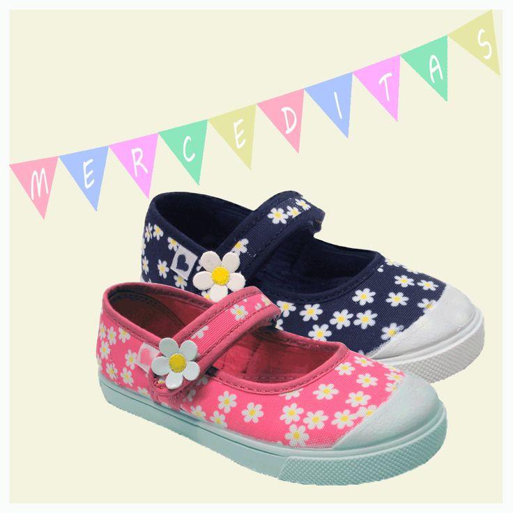 Merceditas de lona para #niña con estampado de margaritas en dos colores, rosa y azul marino. Moda en #calzadoinfantil.