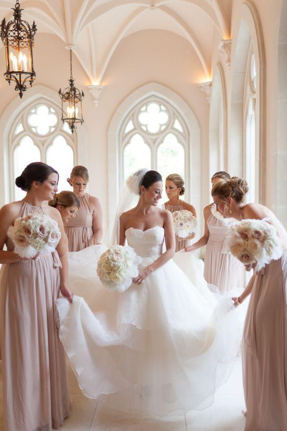Como elegir los vestidos para damas de honor perfectos: Asegúrate que tus damas de honor se sientan cómodas y las telas de los vestidos les permitan mover con soltura. Boda en rosa y dorado en el Chateau Cocomar.