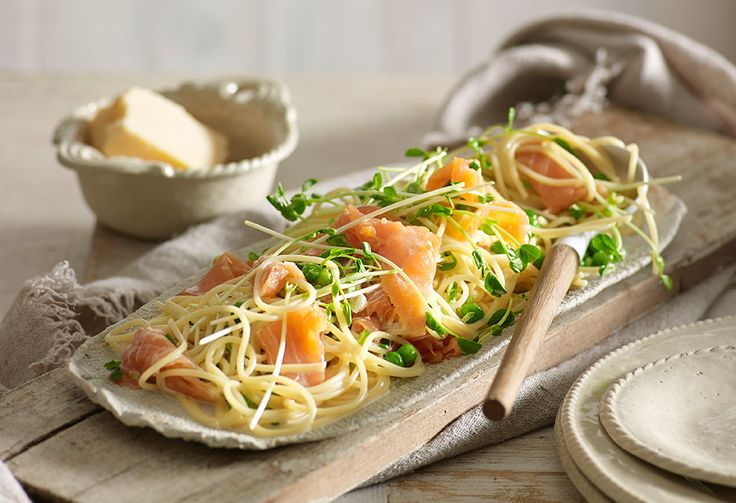 This smoked salmon in creamy white wine and garlic sauce with pasta take under 30 minutes to whip up - and is seriously scrumptious.