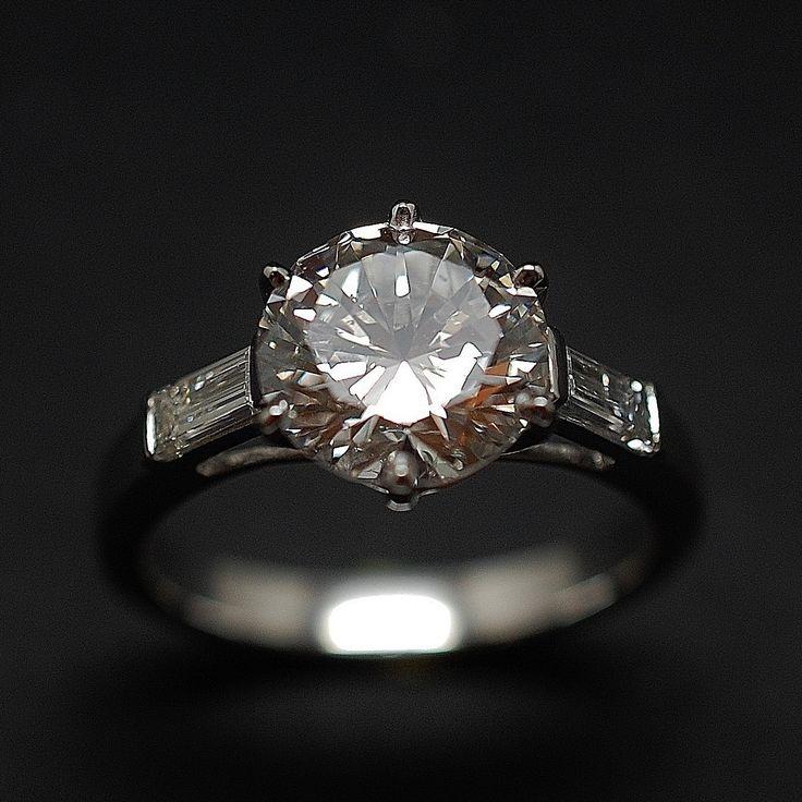 à vendre : 29700€ Solitaire en platine massif avec Diamant brillant 2.71 Cts F-SI1 + 0.39 Cts. sertie en son centre sur serti 6 griffes d'un Diamant naturel taille brillant de 2.71 Cts  Couleur : f (extra blanc +)  Pureté :  SI1 (Petites inclusions)  diamètre pierre 9.1 mm  et de 2 diamants baguettes sur les côtés soit 0.39 Cts G-VS  poids : 6.0 gr  Taille 54  Livré avec certificat de laboratoire LFG  mise à la taille offerte Prix Neuf Diamant : 57 465 € Prix de la monture : 3000 €