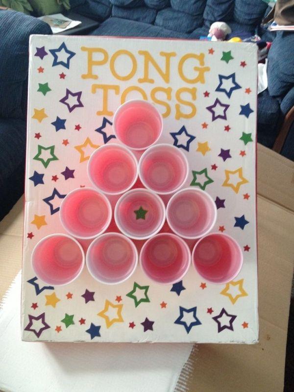 Ping Pong gooien. Plak wat plastic bekers op een kartonnen of houten bord, zet vervolgens het bord schuin neer en probeer de pingpong ballen in de bekers te gooien. (www.opvoedproducten.nl)