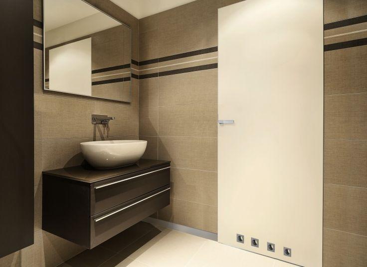 DRZWI UKRYTE.  Dzięki zastosowaniu ościeżnicy wykonanej z aluminium można ją zabudować i po zastosowaniu gruntu pomalować w kolorze ścian.