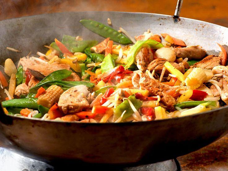 Pfannengerührtes mit Hähnchenbrustfilet und Gemüse  Ein schnell und lecker zubereitetes Gericht aus frischen Gemüsen und zarter Hähnchenbrust. Kochen im Wok geht einfach und schnell, die Gerichte daraus sind schonend zubereitet und sollen gesünder sein als in der Pfanne gebratenes.  http://einfach-schnell-gesund-kochen.de/pfannengeruehrtes-mit-haehnchenbrustfilet-und-gemuese/