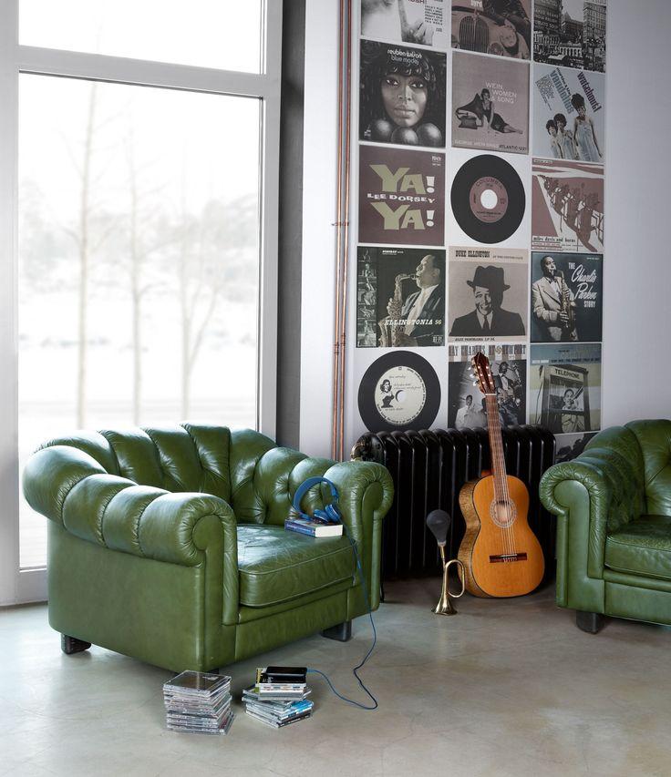 Häng upp eller sätt upp en tavelhylla på väggen och placera dina gamla LP-favoriter där för en fin 3-D effekt!