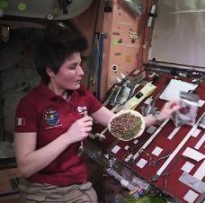 [Video] Astronot Wanita Asal Eropa Ini Memasak Di Ruang Angkasa http://www.perutgendut.com/videos/view/astronot-wanita-asal-eropa-ini-memasak-di-ruang-angkasa/141 #Food #Kuliner #Video