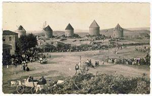 Yel değirmenli zamanlar / Yel değirmeni – Kadıköy Kadıköy'ün semtlerinden biri olan Yeldeğirmeni, boşuna bu ismi taşımıyor. Semt, ismini 1700'lerin ikinci yarısında patlak veren un ihtiyacının giderilmesi adına yaptırılan dört büyük yel değirmeninden alıyor. Ancak bugün bu devasa değirmenlerden hiçbiri modernleşmeye karşı ayakta durmayı başaramamış. Değirmenlerin etrafındaki ıssız toprakların üstünde ise çeşitli duvar resimleri ile süslenmiş apartmanlar bulunuyor.