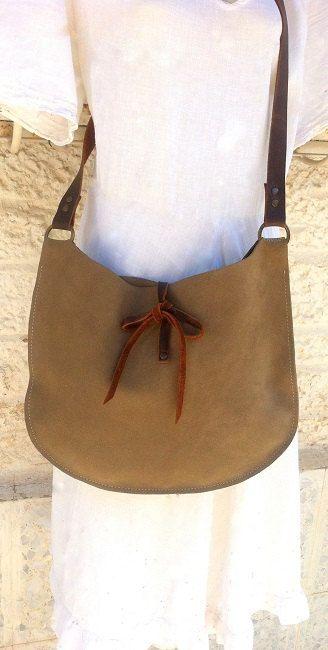 Mooie middelgrote suède leren tas. Gemaakt van Italiaans leer. Deze zak is licht van gewicht en gemakkelijk mee te nemen, ideaal voor dagelijks en klassieker voor de nacht (de kleur is heel natuurlijk). Voorzien van een grote open zak gebonden door twee lederen koorden en een lange riem in verontruste bruine kleur.  13 * 10,4 (inch)  33 * 26.5 (cm)  Bandbreedte: 1 inch, 2,5 cm  Bandlengte: 45 inch, 114 cm    * Bag is beschikbaar in verschillende maten / kleuren als een aangepaste volgord...