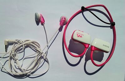 Auriculares de color rosa de la marca Sony