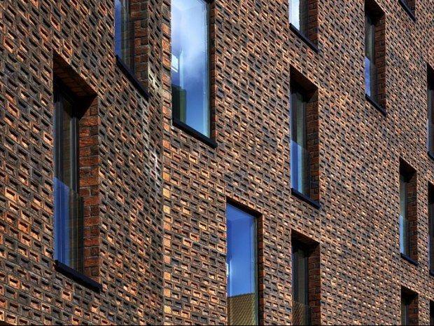 'Genius loci' er et mytisk begreb blandt arkitekter. 'Stedets ånd' hævder, at ethvert sted på kloden har sin egen sjæl, som kræver respekt, når mennesket bygger sine huse. Den overbevisning har været stærk, tror vi, da Cobe Arkitekter i samarbejde med kollegerne hos Vilhelm Lauritzen A/S projekterede de generøse boliger til det historiske pakhuskvarter på Krøyers Plads i København.