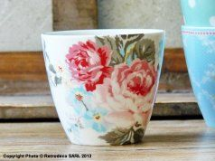 Ce latte cup en porcelaine fera de vos thés ou café un moment plein de charme. Il pourra également servir de récipient pour vos desserts ou vos apéritifs ou être détourné de son usage principal et transformé en bougeoir, ou petit cache-pot pour y mettre une jacinthe par exemple. Dimension : Diam (9.8cm) - Hauteur (9cm).
