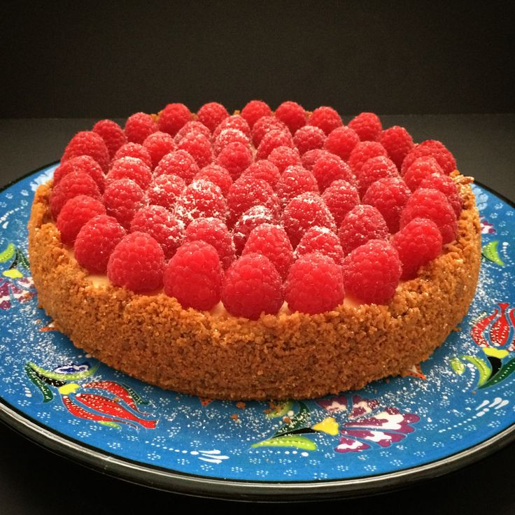 Vanilla cheesecake with gingersnap base and fresh raspberries